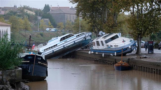Cell in Canal floods and boats trebes